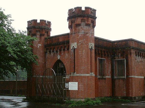 ヨーロッパの古城をイメージしたような双塔の建築物。 明治の人々はどんな思いで浄水場にこの様式の建物を配置したのだろう。